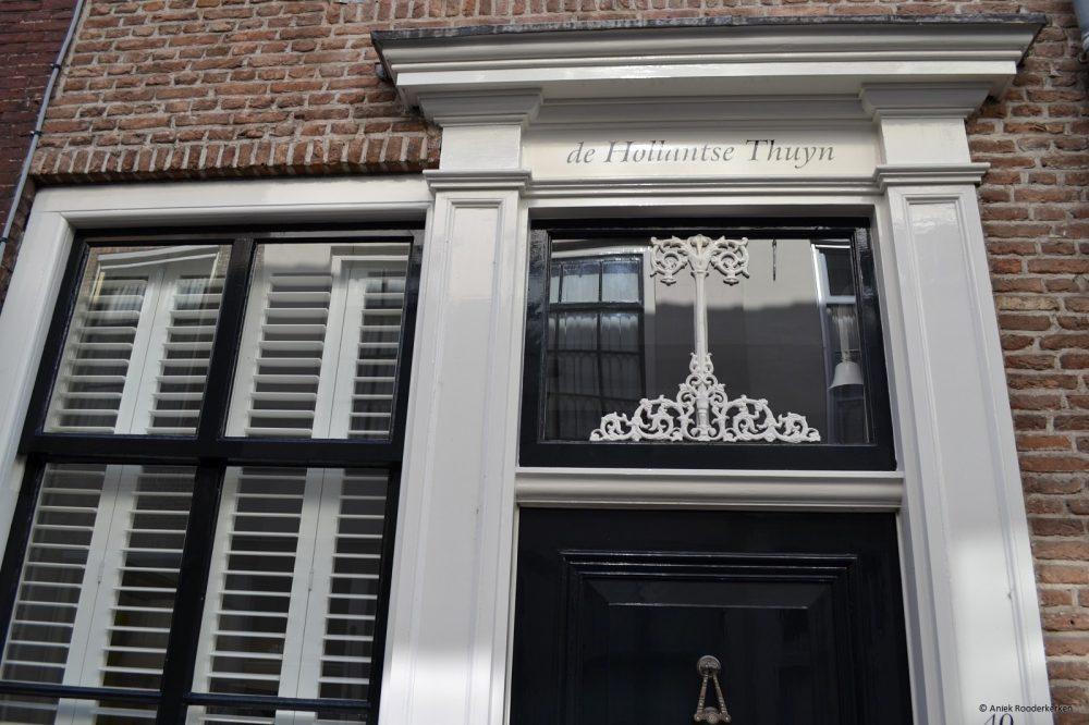 Gietijzeren levensboom op gevel in Middelburg