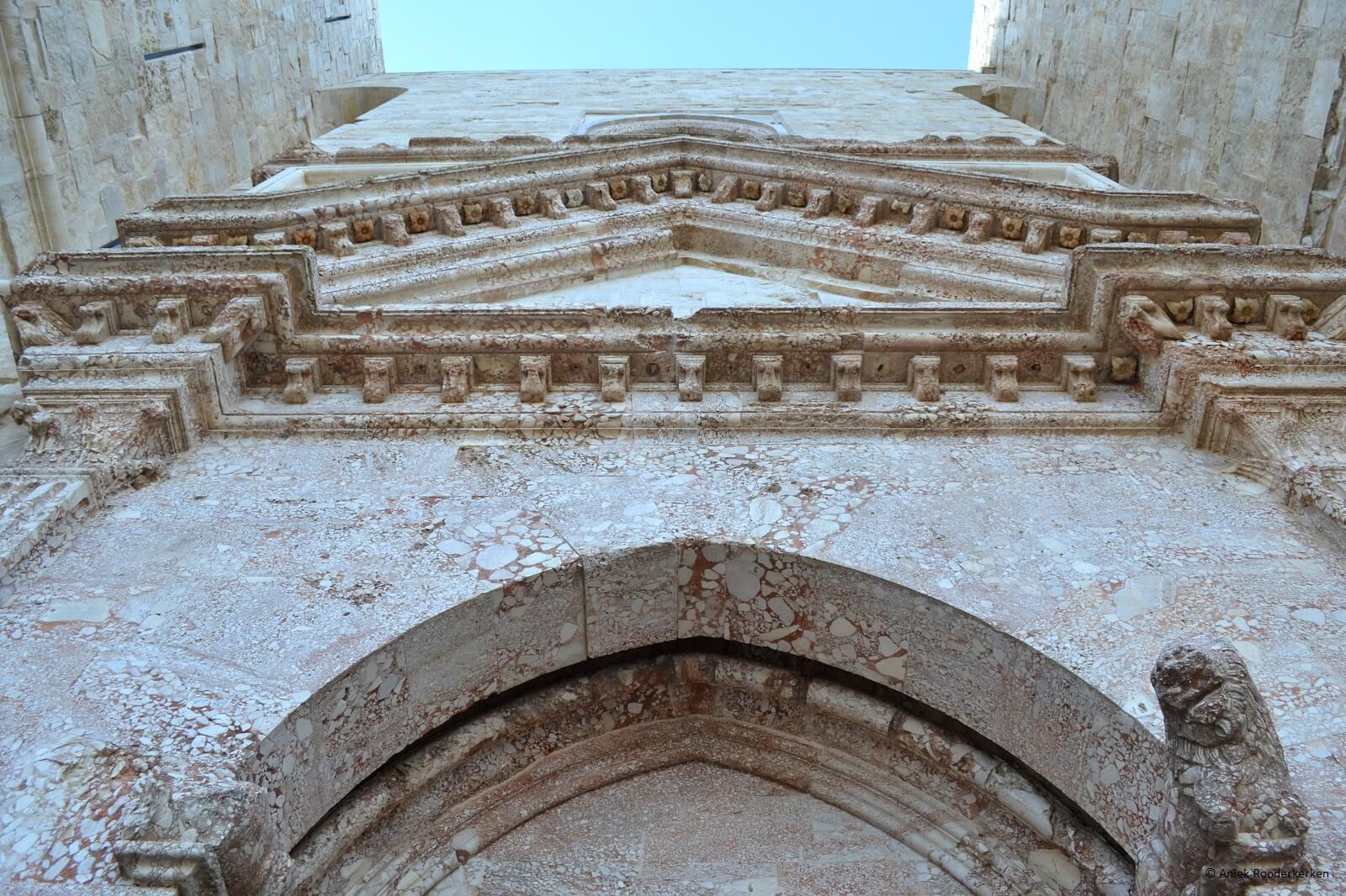 Breccia corallina bij de toegangspoort van het Castel del Monte
