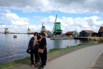 Touristen maken een selfie bij de Zaanse Schans, Laag Holland