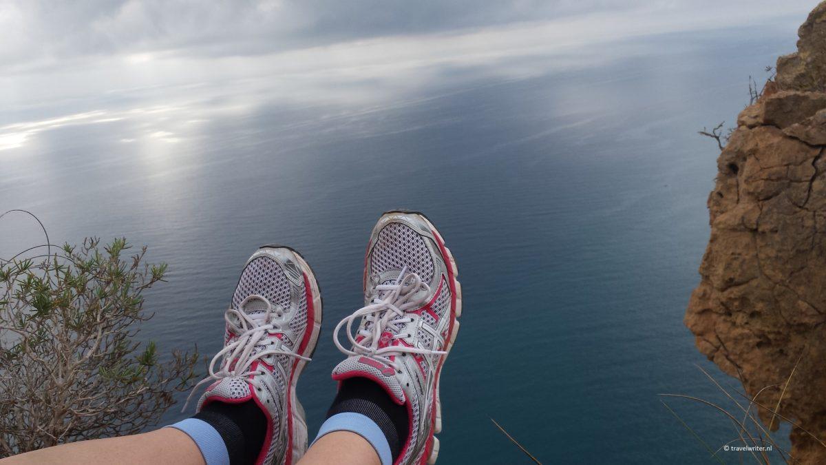 Hoge kliffen bij de zee rondom Benidorm