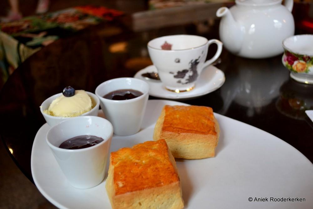 De scones geserveerd met clotted cream plus twee keuzes van jam