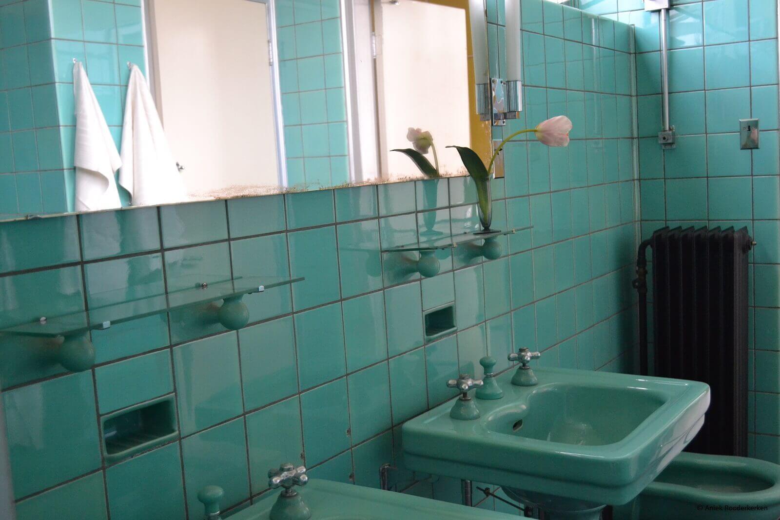 Blauwe badkamer in Huis Sonneveld in Rotterdam