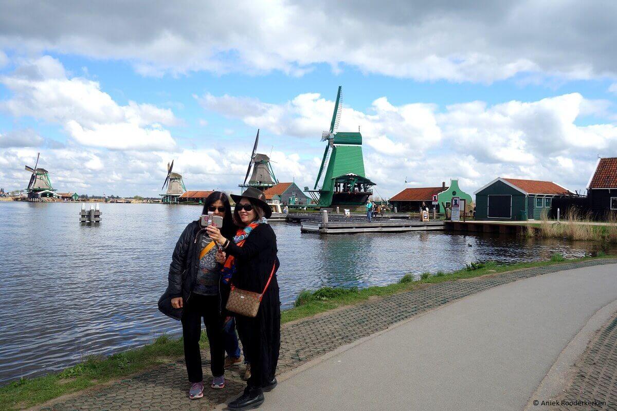 Toeristen maken een selfie bij de Zaanse Schans, Laag Holland