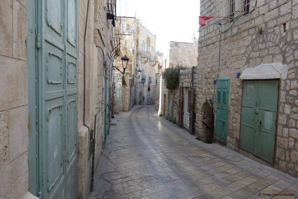 Blauwe deuren in de straten van Bethlehem