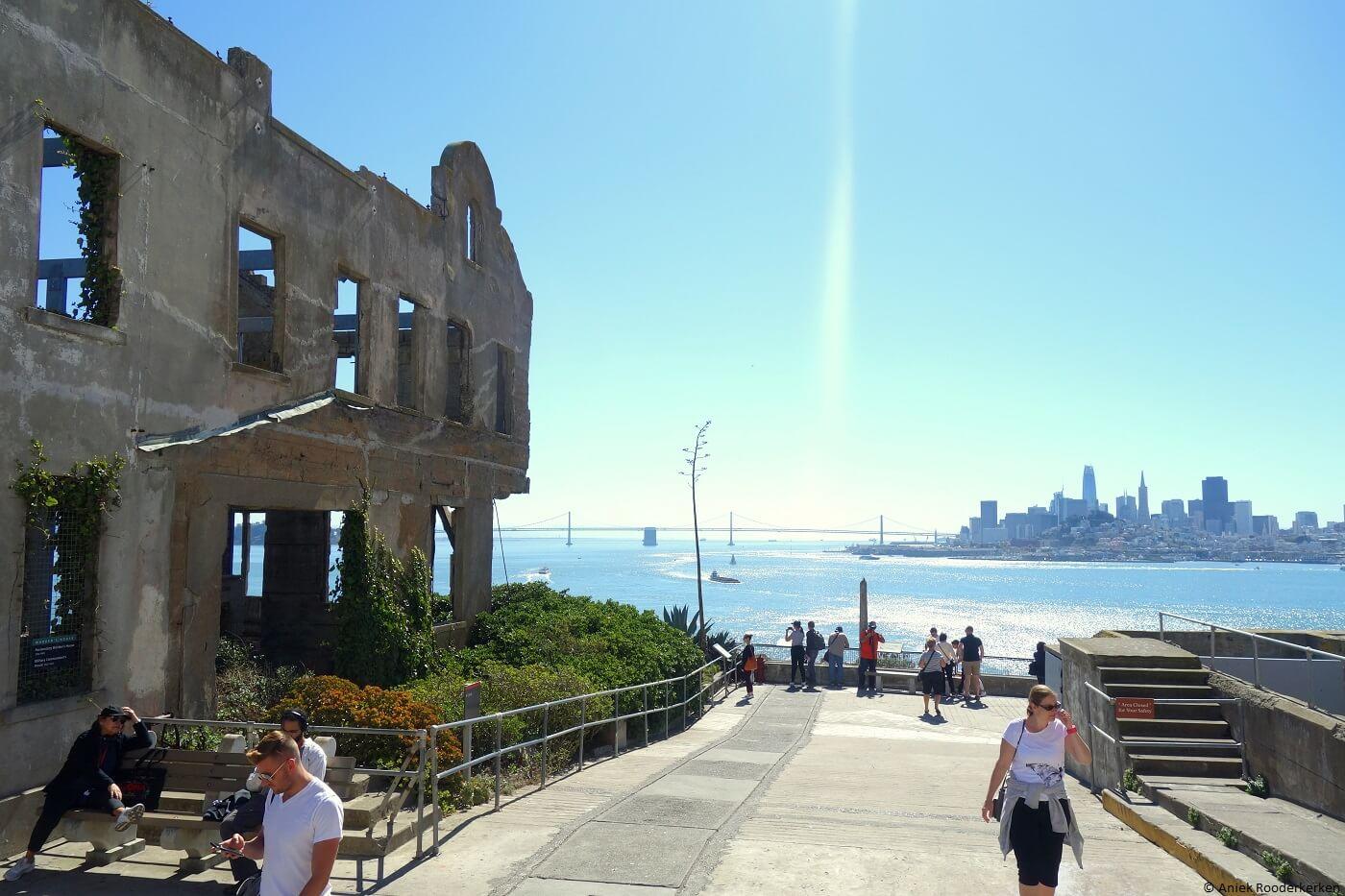 Gebouwen van Alcatraz met uitzicht op San Francisco - travelwriter.nl