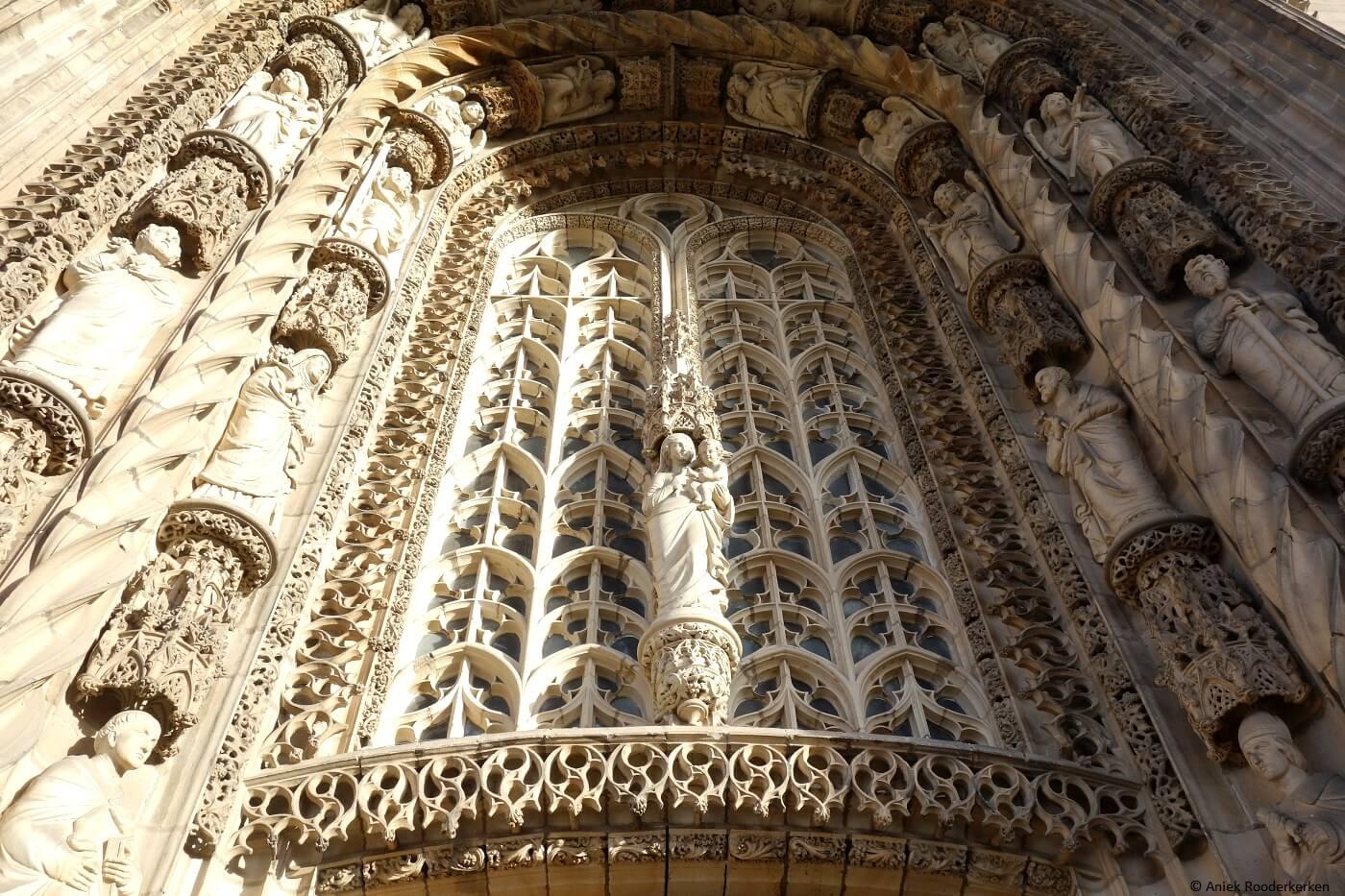 Hoofdingang van de Sainte Cécile kathedraal