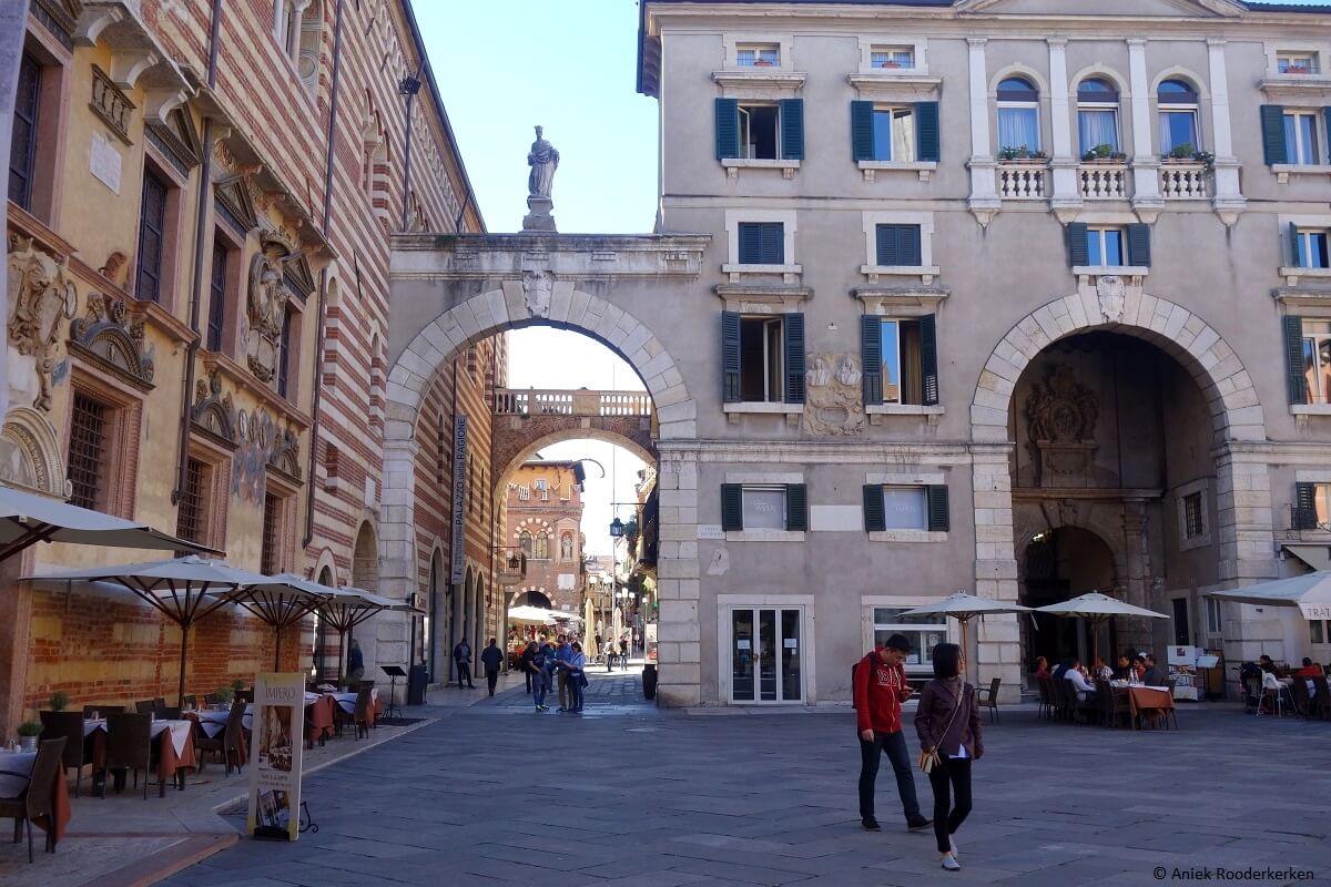 Piazza dei Signori met op de achtergrond de walvisrib