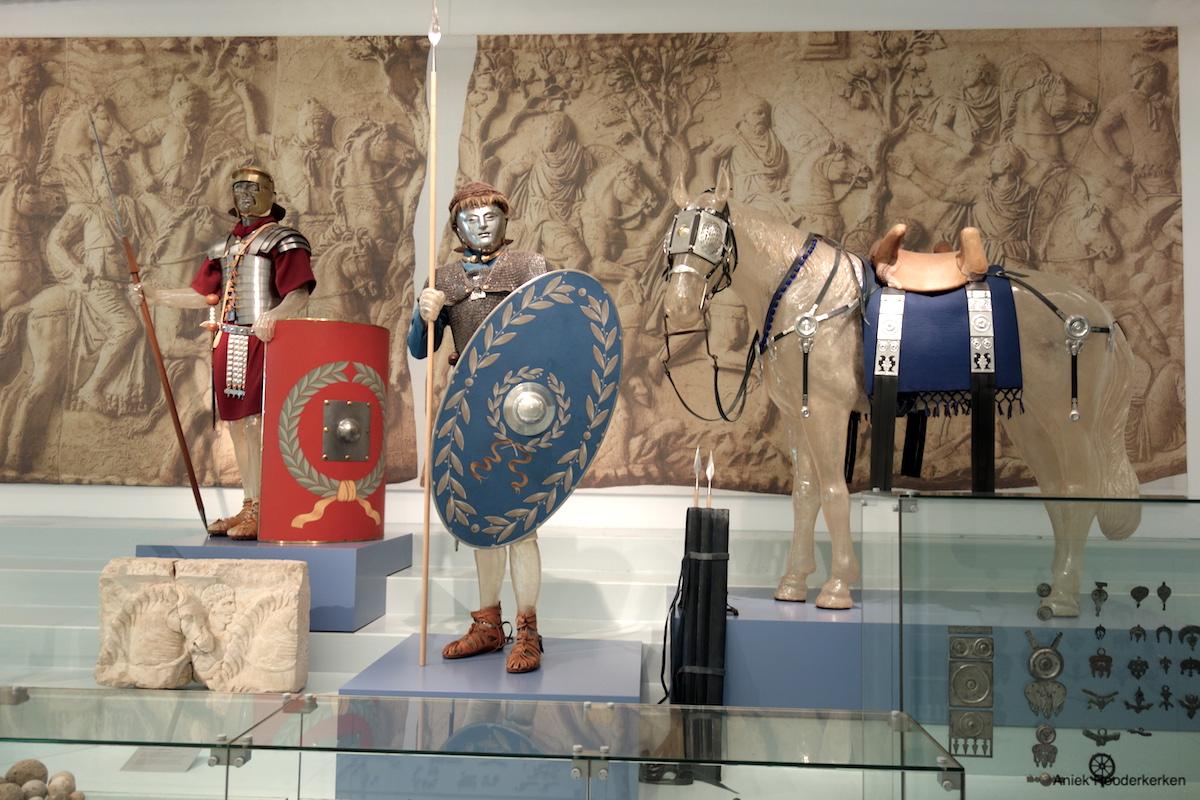 Verzilverd paardentuig in Museum het Valkhof