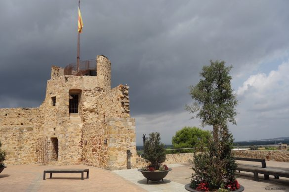 I climb the Torre de la Presó at the Paca del Castell. It is the old prison tower, a remnant of the old city walls of Llagostera. From the top of the tower you have a beautiful view of the surroundings.