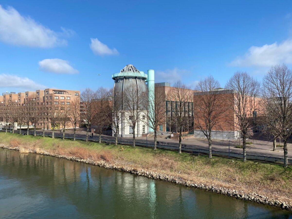 Het Bonnefantenmuseum met de opvallende toren van Aldo Rossi